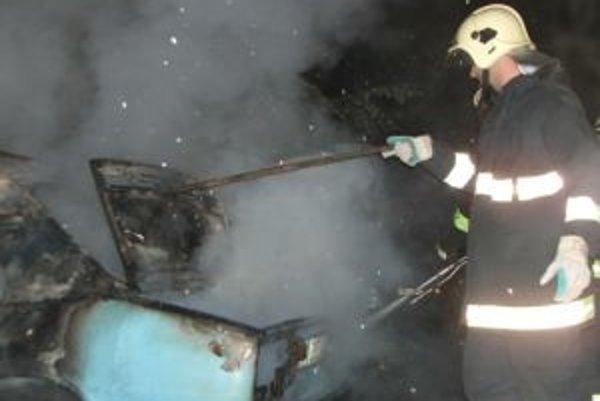 Horiace auto v sobotu nadránom uhasili trenčianski hasiči.