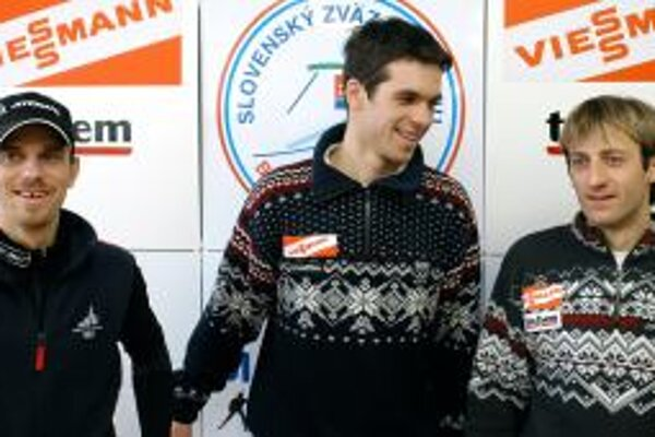 Slovenskí reprezentanti v biatlone, zľava: Marek Matiaško, Matej Kazár a Pavol Hurajt