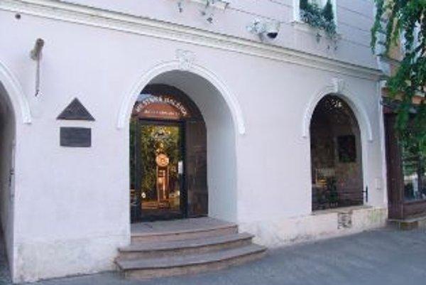 Ilustračné foto. Bývalé sídlo múzea na Mierovom námestí 22. Dnes je tam obchod s odevami.