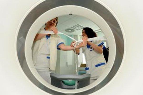 Zdravotné sestričky pripravujú stuhu pred slávnostným uvedením do prevádzky nového CT prístroja.