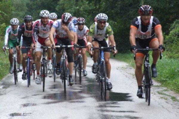 Už krátko po výjazde z obce sa v popredí vytvorila skupina tých najzdatnejších cyklistov.
