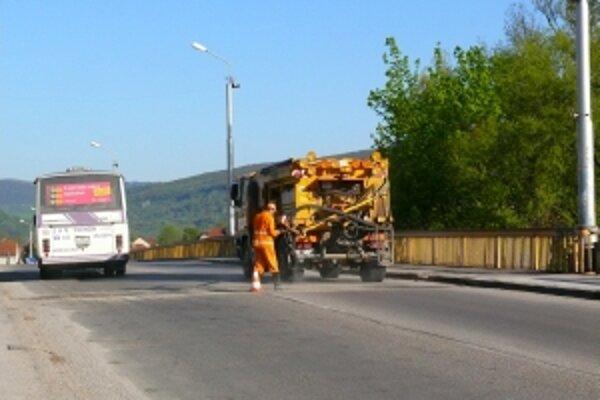 Jediný cestný most cez Váh vyžaduje rekonštrukciu, výstavba nového sa opäť odkladá.