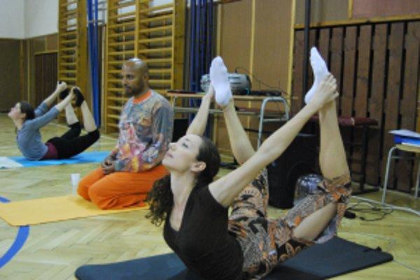 Fredy Ayisi cvičil jogu v spoločnosti inštruktoriek Silvie a Lenky