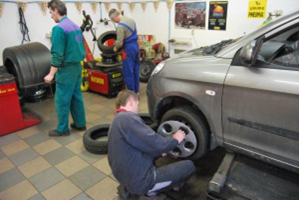 Prezutie zimných pneumatík za letné trvá v kvalitných pneuservisoch iba niekoľko minút