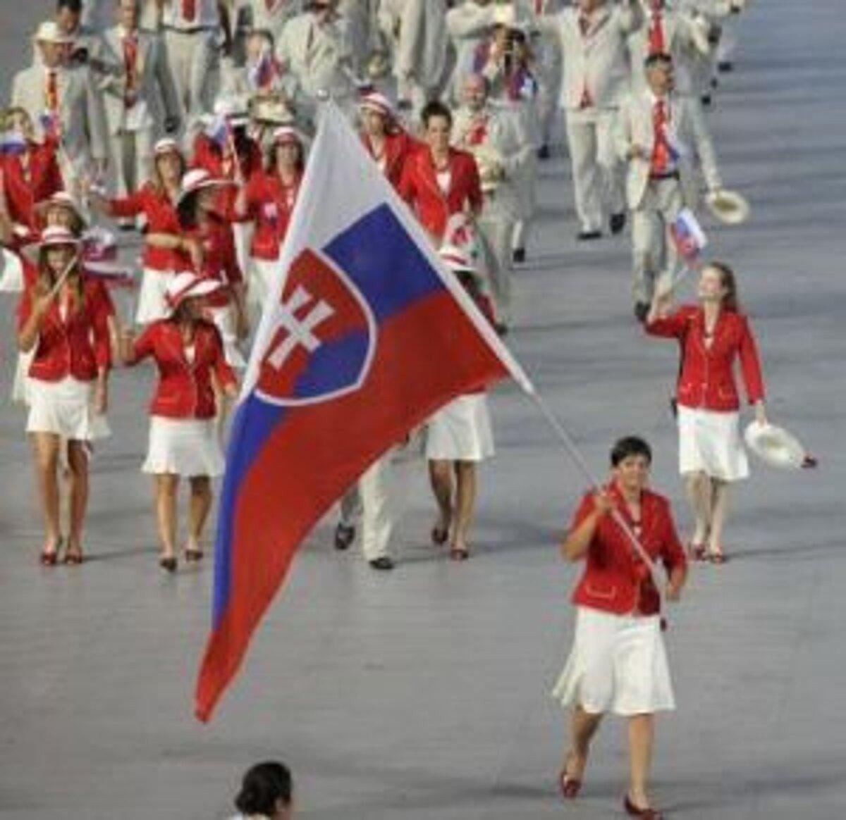 fb3298dd2e934 Elena Kaliská (s vlajkou) priviedla slovenských športovcov na plochu  olympijksého štadióna.