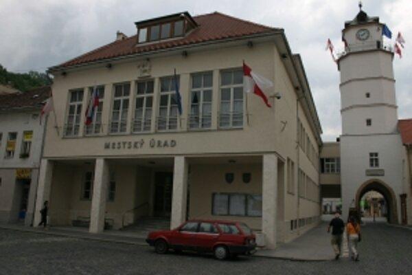 Trenčín šetril na interných službách aj manažmente