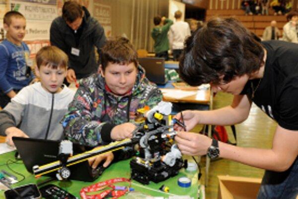 Roboty zložené z lega i dielov rôznych stavebníc sa pohybovali pomocou koliesok alebo pásov