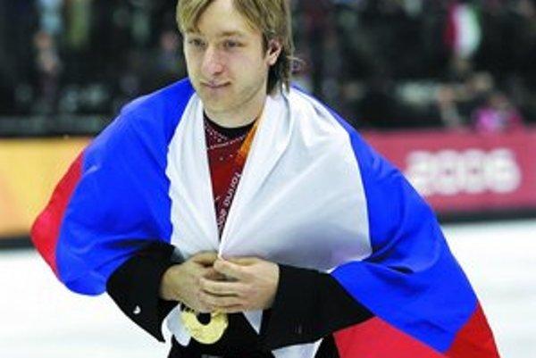 Krasokorčuliar Jevgenij Pľuščenko oslavuje olympijské zlato