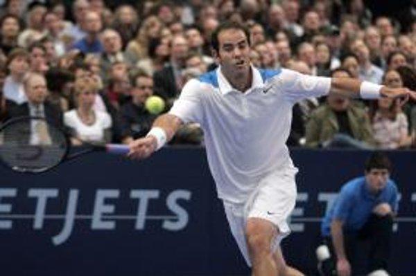 Pete Sampras v zápase proti Rogerovi Federerovi.