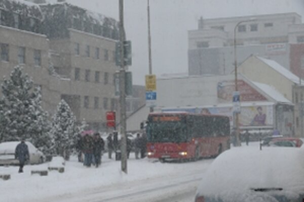 Husté sneženie spôsobuje problémy v celom kraji