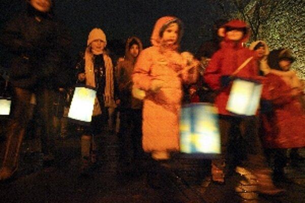 Lampióny rozžiarili námestie aj tváre detí