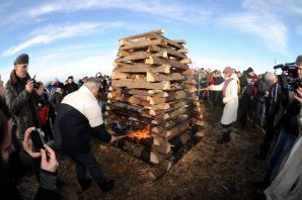 Na hraničnom hrebeni pri pamätníku na Veľkej Javorine sa 31. decembra stretli Slováci a Česi, aby spoločne oslávili príchod Nového roku.