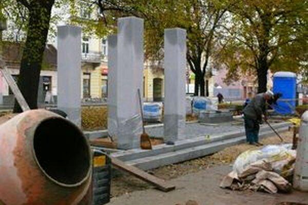 Trenčín si pripomenie dvadsiate výročie Nežnej revolúcie päťdňovými oslavami a odhalením pamätníka na Námestí sv. Anny.