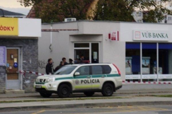 VUB banku na Zlatovskej ulici v Trenčíne prepadol muž zo zbraňou.