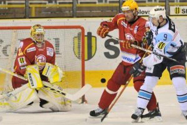 Trenčiansky brankár Igor Murín (vľavo) zasahuje pri šanci Nitrana Miroslava Ďuráka (vpravo) ktorého blokuje domáci obranca Daniel Hančák (v strede).