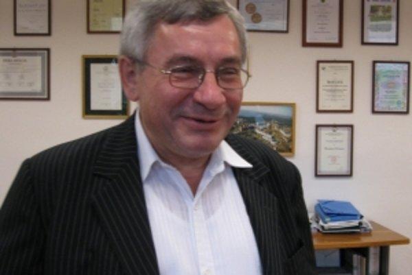 Rektor univerzity Miroslav Mečár zatiaľ o odstúpení z funkcie neuvažuje.