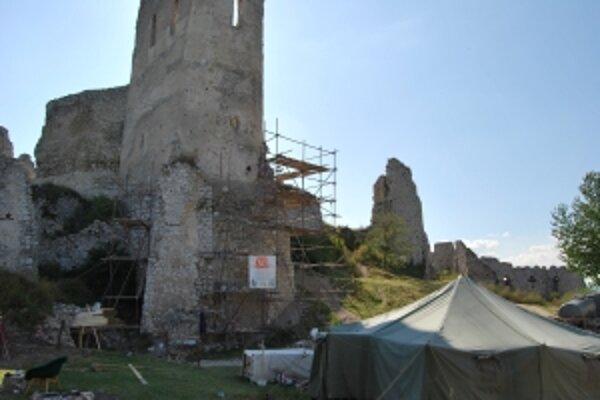 Hlavným cieľom reštaurátorov je kaplnka Čachtického hradu.