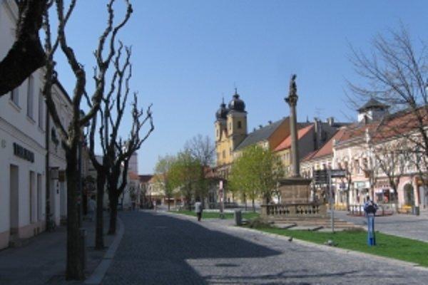 Trávu v strede historického námestia nahradí po rekonštrukcii plocha z rezanej doskovej dlažby.