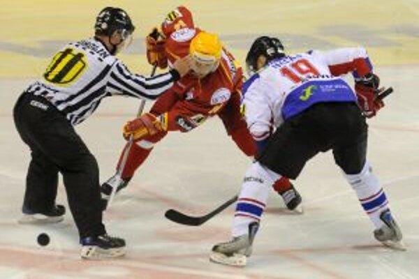 Nová posila Trenčína Róbert Petrovický (uprostred) na svojom prvom buly v drese Dukly Trenčín v zápase 11. kola hokejovej Slovnaft extraligy DUKLA Trenčín - MHK 32 Liptovský Mikuláš, 9. októbra v Trenčíne.