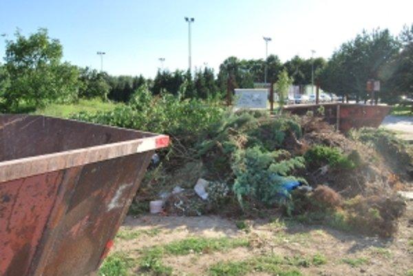 Čiernu skládku biologického odpadu pravidelne obnovujú niektorí chatári medzi dvojicou veľkokapacitných kontajnerov.
