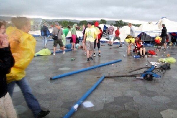 Pod spadnutým stanom zostali desiatky zranených, mladý muž prišiel o život.