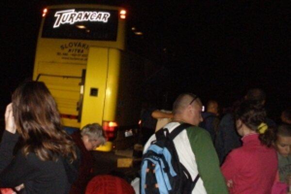 Turisti sa snažili rýchlo opustiť autobus plný štiplavého dymu.