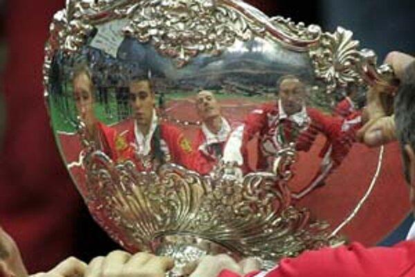 Ruky ruských tenistov na víťaznom pohári. Snímka je z minulého roka, keď Rusko zvíťazilo vo finále nad Argentínou.