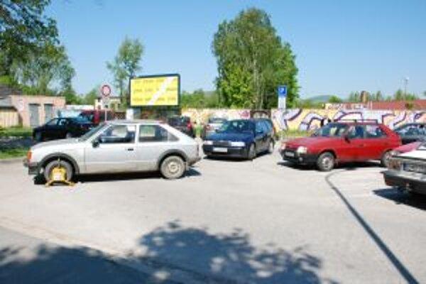 """Zle zaparkované auto s """"papučou"""" komplikovalo prejazd na parkovisku."""
