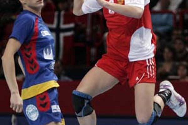 Ruska Polina Vjachirevová (vpravo) strieľa povedľa Rumunky Ionely Galcovej. Zo semifinále MS Rusko – Rumunsko 30:20.