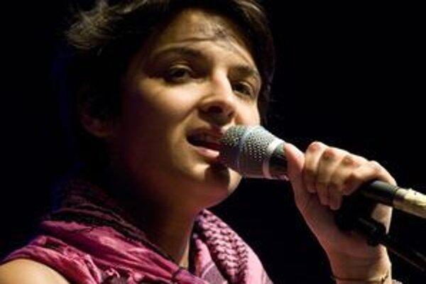 Speváčka Jana Kirschner, vytvorila v rámci 17. ročníka Art Film Fest v trenčianskoteplickej festivalovej kaviarni príjemnú atmosféru.