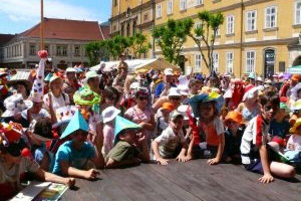 Na námestie prišlo 556 detí aj dospelých s veselými klaunovským čiapkami