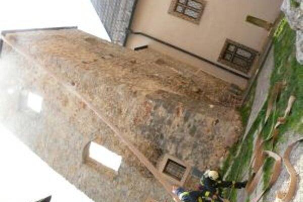 Hasiči museli dostať vodu na hrad z Mierového námestia