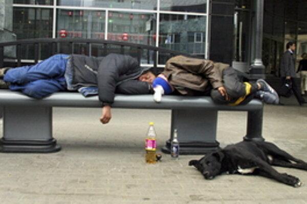 Mestá riešia problém s opíjaním mladistvých a bezdomovcov na verejnosti zákazmi.
