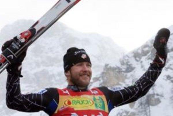 Američan Bode Miller sa raduje po víťazstve v superkombinácii SP v alpskom lyžovaní pred Chorvátmi Ivicom Kosteličom a Natkom Zrnčičom-Dimom.