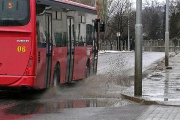 Chodec sa v daždivom počasí môže ľahko stať obeťou vodičov a vody v kaluži.
