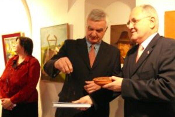 Už po siedmykrát autorsky  pripravil v Trenčíne výstavu obrazov známy slovenský zberateľ, publicista a spisovateľ Ivan Melicherčík (64) na snímke aj s D. Čaplovičom.
