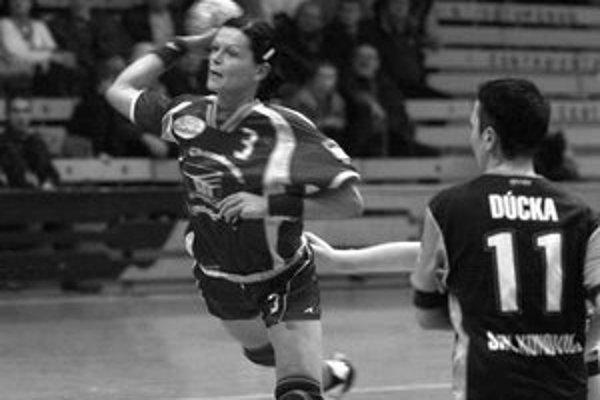Alžbeta Tóthová (s loptou) nastrieľala španielskemu tímu Orsan Elda 10 gólov, no Michalovce v prvom zápase osemfinále Pohára EHF prehrali 24:35.