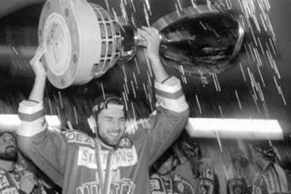 Obranca Stehlík s pohárom za víťazstvo v českej extralige, jeho Sparta vyhrala finálovú sériu s Pardubicami 4:2. Skaličan sa dnes zapojí do prípravy tímu Slovenska pred MS.