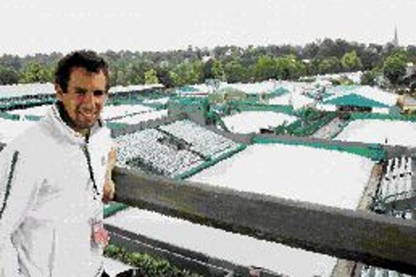 Dominik Hrbatý štartuje vo Wimbledone už po 11 raz za sebou, najlepší výsledok dosiahol v roku 2004 postupom do 3. kola. Včera pre dážď márne čakal na dvorcoch All England Clubu na tréning. Dnes by mal nastúpiť na zápas 1. kola proti Talianovi Seppimu, a