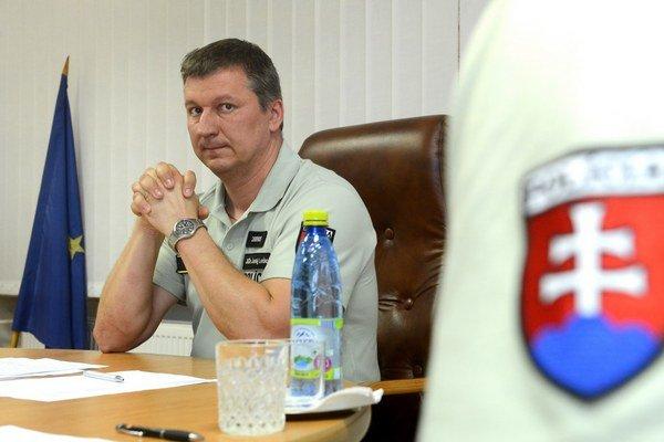 Na snímke riaditeľ KR PZ v Košiciach Juraj Leško na tlačovej konferencii k incidentu v osade Zabijanec v Rudňanoch 3. augusta 2015.