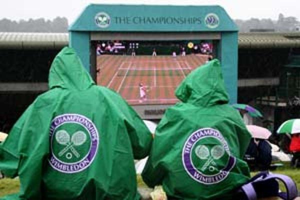 Najžiadanejším artiklom v stánkoch vo Wimbledone boli v sobotu dáždniky za dvadsať a pršiplášte s logom turnaja za päť libier.