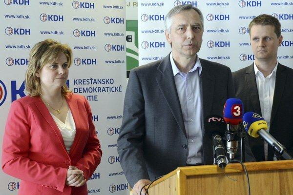 Zľava podpredsedníčka KDH Miroslava Szitová, predseda Ján Figeľ a podpredseda Miloš Moravčík.