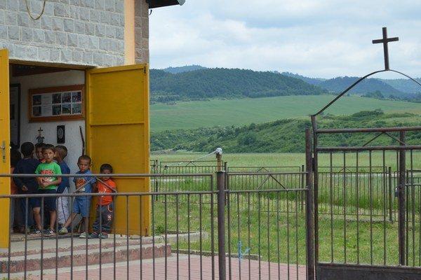 Kostolík v osade je jednou stenou spojený so susednou bytovkou. Oproti nemu finišujú so stavbou komunitného centra.