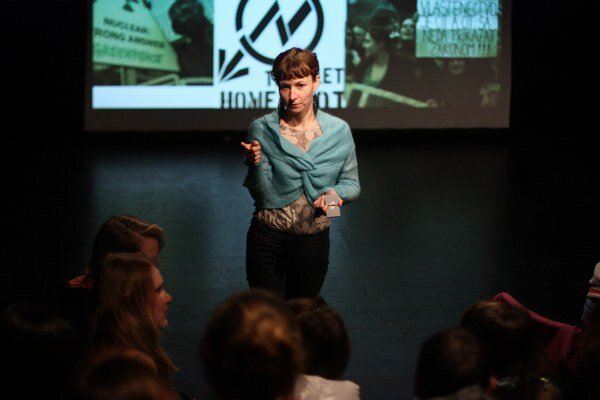 Študentka antropológie a lektorka stanice Ivana Rumanová počas diskusie so žiakmi škôl.