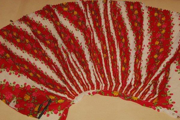Časť prednej zástery z tradičného odevu olašských Rómov. Zo zbierok Múzea kultúry Rómov na Slovensku.