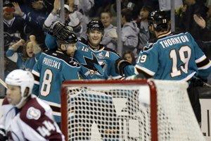 Patrick Marleau (v strede), útočník San Jose, strelil dva góly v štvrtom zápase za sebou a stal sa iba druhým hráčom v histórii NHL, ktorému sa to podarilo. SITA/AP