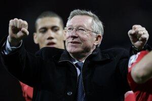 Sir Alex Ferguson oslaavuje víťazstvo svojho tímu proti Aston Villa na Old Trafforde v apríli 2013. FOTO -  SITA/AP