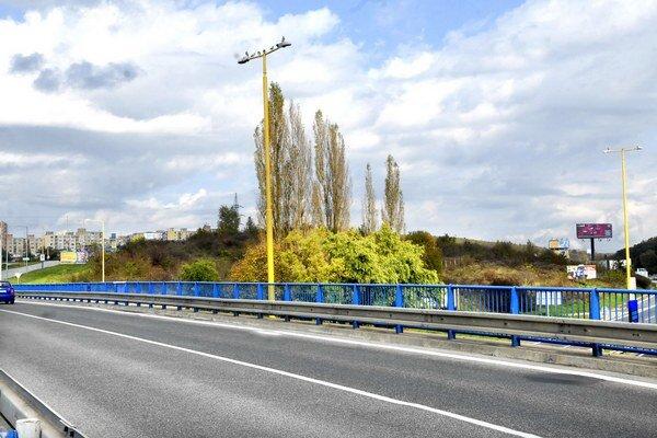 Vpravo od mostu na sídlisko. Sad mládeže je zarastený stromami.