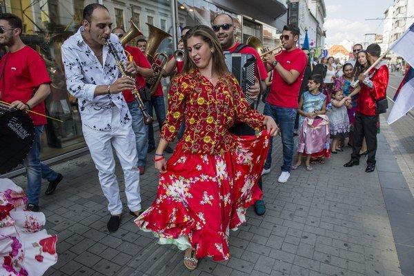 Sprievod rómskych umelcov v rámci 7. ročníka festivalu International Gypsy Fest v Bratislave.
