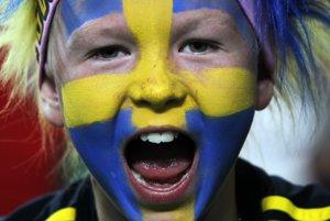 Portugalsko - Švédsko.Mladý fanúšik povzbudzuje švédsky tím na štadióne v Lisabone.